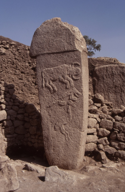 Pillar 2 in Enclosure A with a vertical sequence of three motifs: bull, fox and crane (Photo: C. Gerber, copyright DAI).