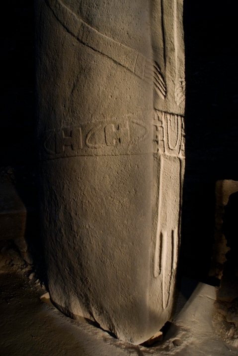 Detail of Pillar 18 showing hands, belt, and loincloth in relief. (Photo: N. Becker, DAI)